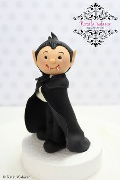 Vampire cake topper for Halloween. handmade in fondant sugar paste. Non-toxic materials and suitable for use on edible products. Fondant, 5th Birthday, Birthday Cake, Tres Chocolates, Cake Models, Halloween Vampire, Sugar Paste, Pasta Flexible, Halloween Cakes