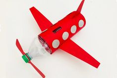 Plastic bottle airplane craft for kids Flugzeug Handwerk und Sparschwein Quick And Easy Crafts, Easy Crafts For Kids, Airplane Crafts, Bottle Top, Plastic Bottles, Easy Peasy, Piggy Bank, Planer, Activities For Kids
