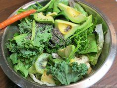 Ein Smoothie aus Früchten, rohem, grünen Gemüse und Kernen ist eine wahre Vitaminbombe! Vitamine sind lebenswichtig, aber auch sehr sensibel. Wasserlösliche Vitamine, Fettlösliche Vitamine. Gesunde Ernährung.