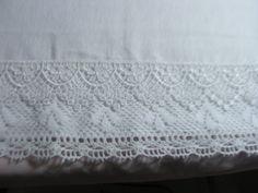 PANO DE PRATO <br>Confeccionado em tecido de sacaria branco <br>Acabamento em bico de linha e grupir <br>A sua cozinha vai adorar