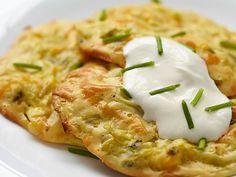 Zucchini Fritters (Puffer)  Leicht schnell erfrischend – ideal für die heißen Tage!  http://einfach-schnell-gesund-kochen.de/zucchini-mohren-fritters/