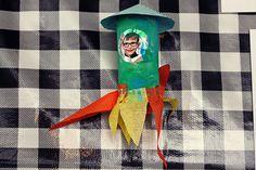 Knutsel een raket van een wc-rolletje. Extra leuk met een foto.