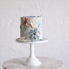🌷Buttercream Floral Art🌷 . #sweetbloomcakes #edibleart #designercake #moodytones #buttercream #buttercreamcake #buttercreamart