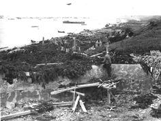 Omaha Beach, Dog Green et Dog Red vu du WN 70 en 1944, vers l'Est les villas à moitié démolies, au premier plan la casemate en construction