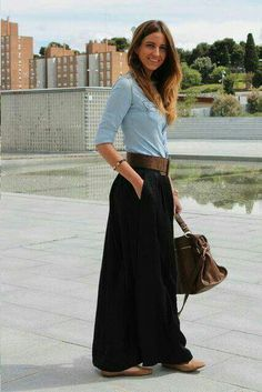 43 Astonishing Maxi Skirts Outfits Ideas That You Will Like It - The fashion scene is became interesting with the emergence of a big trend, wearing maxi skirts. Maxi skirts have been the obsession of many fashion lo. Mode Outfits, Casual Outfits, Fashion Outfits, Fashionable Outfits, Maxi Skirt Outfits, Dress Skirt, Black Maxi Skirt Outfit, Maxi Skirt Work, Pleated Skirt