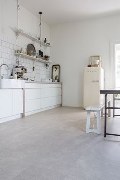 The Pristine Gray XL tiles resemble light gray slate and are extra large, made of . Küchen Design, Floor Design, Interior Design, Pvc Flooring, Vinyl Flooring, Living Room Hardwood Floors, Home Living Room, Scandinavian Design, Sweet Home