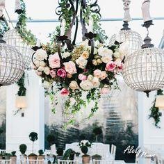 Los candelabros son un imperdible de las decoraciones elegantes, uno floral robará las miradas.