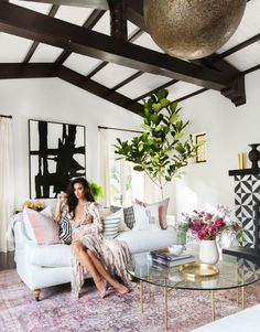 We love Shay Mitchell's acting skill but also her fashion style and her great taste for interior design. Last year she purchased a Spanish style home in Los Angeles and decorated it in some elegant st