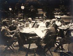 Gustav Klimt with friends in the Meierei in Schönbrunn, Vienna 1914 _____________________________ Gustav Klimt mit Freunden in der Meierei in Schönbrunn