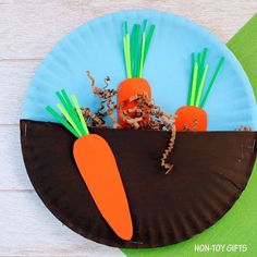 Carrots in the garden craft for kids. Easy paper plate spring craft for toddlers and preschoolers. | at Non-Toy Gifts #CampArtAndCraft #artsandcraftsfortoddlers, #springcraftsforkids