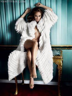 Jennifer Lopez poses for Vanity Fair Mario Testino Beauty And Fashion, Fur Fashion, Vanity Fair, Sexy Bluse, Hot Girls, Fabulous Furs, Moda Chic, Mario Testino, White Fur
