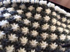 Jeg fandt tilfældigvis dette mønster, og har strikket et barnevognstæppe. Jeg synes at stjernerne er både smukke og anderledes, og er meget glad for resultatet. Mønsterbeskrivelse: Lav evt. en str…