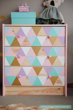 Una idea perfecta para un dormitorio infantil. En Petite Vintage Interior han optado por decorar el modelo con triángulos en tonos pastel. Algo que puedes hacer con pintura chalky o en spray.