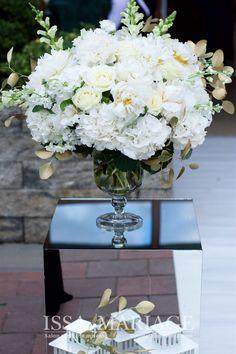 Decoratiuni si aranjamente florale naturale ISSA realizate din hortensia, bujori si trandafiri frumos armonizate pe vaze asezate pe cuburi de oglinda. Vaze, Table Decorations, Furniture, Home Decor, Decoration Home, Room Decor, Home Furnishings, Home Interior Design, Dinner Table Decorations