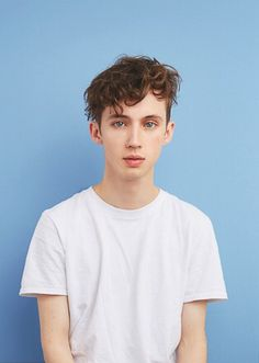 Hi i'm Troye, i'm 18 years old and gay, i like to sing and do videos, one of my favorite artists is Halsey, i hope to perform with her soon -Troye