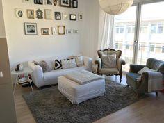 Gemütliches Wohnzimmer Mit Großer Couch Und Sessel. Hübsche Und Zentrale  Wohnung In Köln   Wohnung