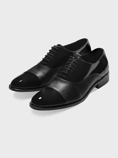 A sophisticated and formal shoe that will take your look to the next level, our cap toe, lace-up oxford combines patent leather with calf leather. It is superb for any black tie function.