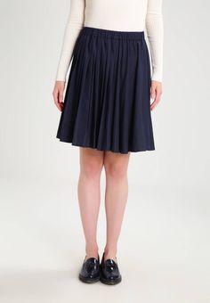 JUST FEMALE. LASH - Falda plisada - dark blue denim. Largo de la prenda:53 cm (talla S). Modelo, altura:177 cm, lleva la talla S. Estampado:unicolor. Largo:corto. Detalles:cintura elástica. Material exterior:65% viscosa, 35% poliéster. Ajuste:normal