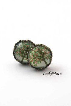 ♥ Hier kommt ein paar wunderschöne Bronzeohrstecker mit einem romantischen Baummotiv in grün und rot.     ♥ Die Ohrstecker selbst sind besonders reich