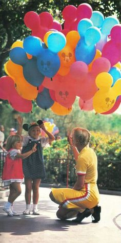 We miss these old school Disneyland and Walt Disney World balloons! No frills, just Mickey Mouse ears! Retro Disney, Disney Love, Disney Magic, Disney Mickey, Disney Pixar, Disney Style, Mickey Mouse Balloons, Disney Balloons, Rainbow Balloons