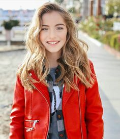[Ex:open][fc: Lauren Orlando] hey I'm Ashley Welsh! My older brother is Luke. I broke up with my boyfriend because my sister died. I miss him