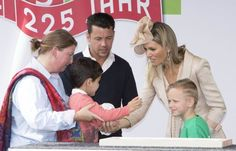 The Queen had help making the plaque from two sweet students.