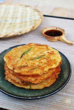 Definetely for my cookbook: Nokdujeon (Savory Mung Bean Pancakes) - Korean Bapsang Korean Dishes, Korean Food, Banchan Recipe, Korean Pancake, Beignets, K Food, Nachos, Mung Bean, Asian Cooking