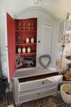 Danish Stockist - Det er blevet sat i stand med Annie Sloan Chalk PaintTM… Upcycled Furniture, Furniture Projects, Furniture Makeover, Cool Furniture, Painted Furniture, Annie Sloan Chalk Paint Paris Grey, Annie Sloan Paints, Home Staging, Painted China Cabinets