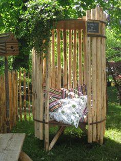 Un petit coin cozy pour bouquiner... Google Image Result for http://www.clotures-leneindre.com/IMG/jpg/8_La_Cabane_a_Julia_1280x768_.jpg