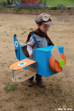 Aviator costume, American cases + colorful corrugated cardboard - Famous Last Words Cardboard Box Crafts, Cardboard Toys, Projects For Kids, Diy For Kids, Crafts For Kids, Diy Pour Enfants, Airplane Party, Toddler Halloween Costumes, Robot Costumes