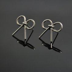 Kolczyki kokardki wykonane ręcznie w rodowanym srebrze dostępne są w naszym sklepie