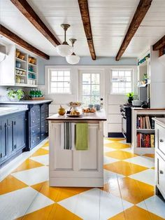 parquet peint cuisine - really like this painted wood floor too - brightens up the kitchen.