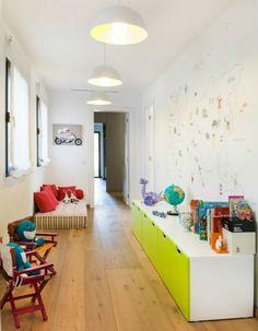 Schrank weiß grün Dielenboden Wandgestaltung Klappstühle