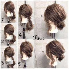 簡単で可愛い?自分でできるヘアアレンジ✨ ・ *超簡単*1つ結びをひと工夫でオシャレに見せるシニヨンStyle? ・ ■画像をスライドしてそれぞれの工程を見やすくしました☆ ゴム2本ピン2本 1.おくれ毛を残して分けておきます。 2.おくれ毛以外を襟足で1つに結びます。 3.さらに毛束の半分をゴムで結びます。 4.結び目をくるりんぱします。 5.残りの毛束を結び目に巻きつけてピンで2ヶ所留めます。 Fin.おくれ毛を巻いて、全体をほぐして完成? ・ *アレンジリクエストお待ちしてます* ・ 吉祥寺 LinobyU-REALM リノバイユーレルム ?0422272131 東海林翔太 ★ご予約はDMからも気軽にお待ちしてます★…