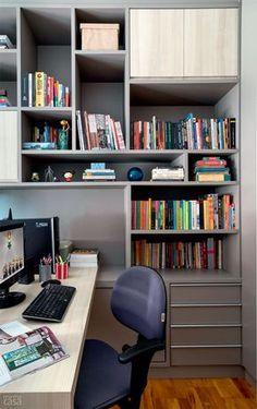Marcenaria nova cria espaço para todos os livros e revistas do casal e também permite que as dois trabalhem juntos - mas cada um com seu espaço.