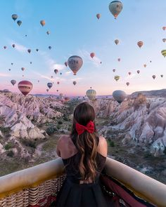 Cappadocia's famous hot air balloon celebration. 🎈 Photo via Cappadocia Balloon, Cappadocia Turkey, Ballons Fotografie, Places To Travel, Places To Visit, Travel Destinations, Wow Photo, Photo Art, Air Balloon Rides