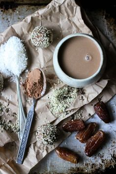 This Rawsome Vegan Life: Hot cacao with cinnamon, coconut + dates. Raw Vegan Desserts, Vegan Treats, Raw Food Recipes, Healthy Treats, Healthy Desserts, Drink Recipes, Healthy Foods, Vegan Smoothies, Smoothie Drinks