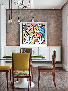 Cadeiras iguais com estampas diferentes, dão um toque divertido e atual à sala de jantar.