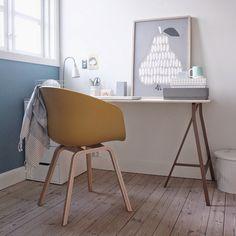 Arbejdsværelse/kontor med bord på bukke, gul stol, blå væg, fine detaljer, plakat, opbevaring. Nordisk stil. // Work Space at home, yellow chair, blue wall, Nordic feeling, Scandinavian style