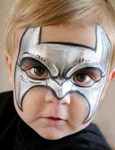 Netter Junge mit Batmanlogo auf dem Gesicht