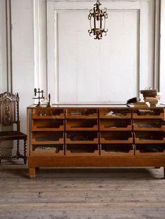 店舗什器として活躍するフランスのアンティークシャツケース。シャツの陳列棚として使われていたショーケースです。 Vintage Furniture, Furniture Design, Masculine Interior, Interior Architecture, Interior Design, Victorian Design, Wood Display, Cabinet Furniture, Ideal Home