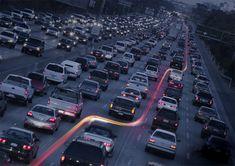 2. Costurando o trânsito Quando o trânsito está realmente parado, uma fotografia em longa exposição mostra o rastro de luz deixado por uma moto que encontra seu caminho entre os carros.
