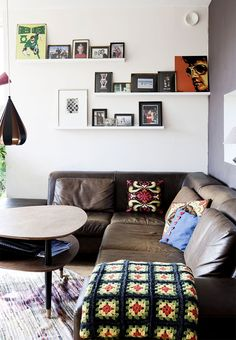 Corner sofa en brown leather with room for the whole family. Give the living room personality with a personal gallery wall and home-made pillows and blanket.