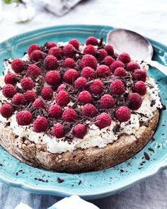 Den sprøde mandelbund smager dejligt med den bløde rabarberskum og de frisk bær. Tart Recipes, Fruit Recipes, Baking Recipes, Sweet Recipes, Real Food Recipes, Dessert Recipes, Desserts, Maila, Oreo Dessert