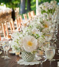 Tischdekoration aus weißen Blumen für den Hochzeitstisch