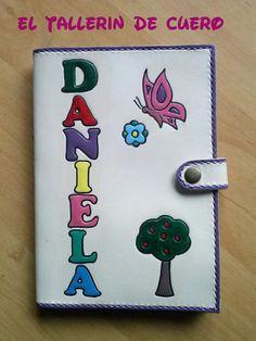 Portadocumentos para bebe en cuero natural con nombre y dibujos repujados y pintados. Ideal para guardar el libro de vacunas y resto se documentacion infantil. Hecho a mano. Handmade.