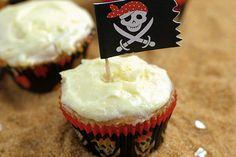 Cupcakes Piratas... Agrégale un poco de ron a la receta y conviértela en una buena opción para degustar en fiestas de adultos...