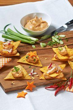 Rezept: Nachos mit Käse Dip Chili Gonzales. Ein absoluter Klassiker: Nachos mit Käse Dip. Würziges Fingerfood dank Milkana Chili. #cestbon
