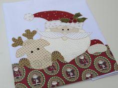 Pano de copa algodão branco.  Patch aplique de Papai Noel.  Bordado em ponto caseado.  Barra e aplicação em tecido 100% algodão.  Sob encomenda, as estampas podem sofrer alterações, mantendo as tonalidades.
