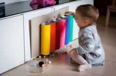 Cause and Effect Montessori activities like this one are wonderful to teach infants and toddlers the concept of object permanence. They also make them work fine motor skills and understand that objects exist even when not seen Diy Montessori Toys, Montessori Toddler, Toddler Play, Baby Play, Infant Activities, Preschool Activities, Games For Toddlers, Baby Development, Baby Games